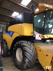 Combine harvester New Holland CR 9060 - 1
